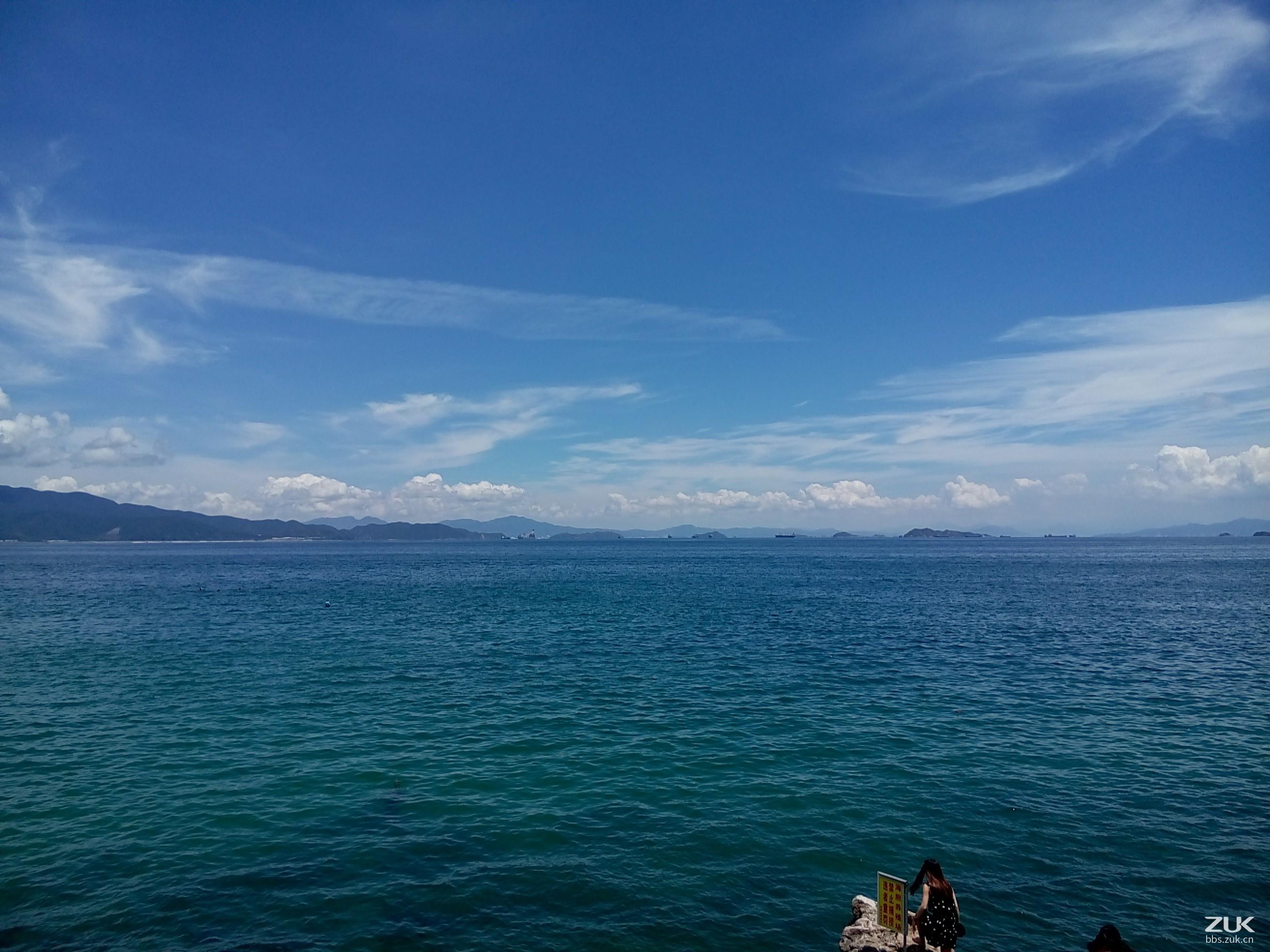 结伴沿着海岸线徒布,在碧海蓝天下,大家一起竖起耳朵,听听海浪的