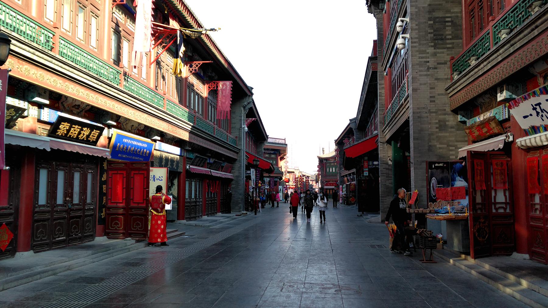 清晨穿过津门故里牌坊,踏在游客到来之前的古文化街青石路上,你才能