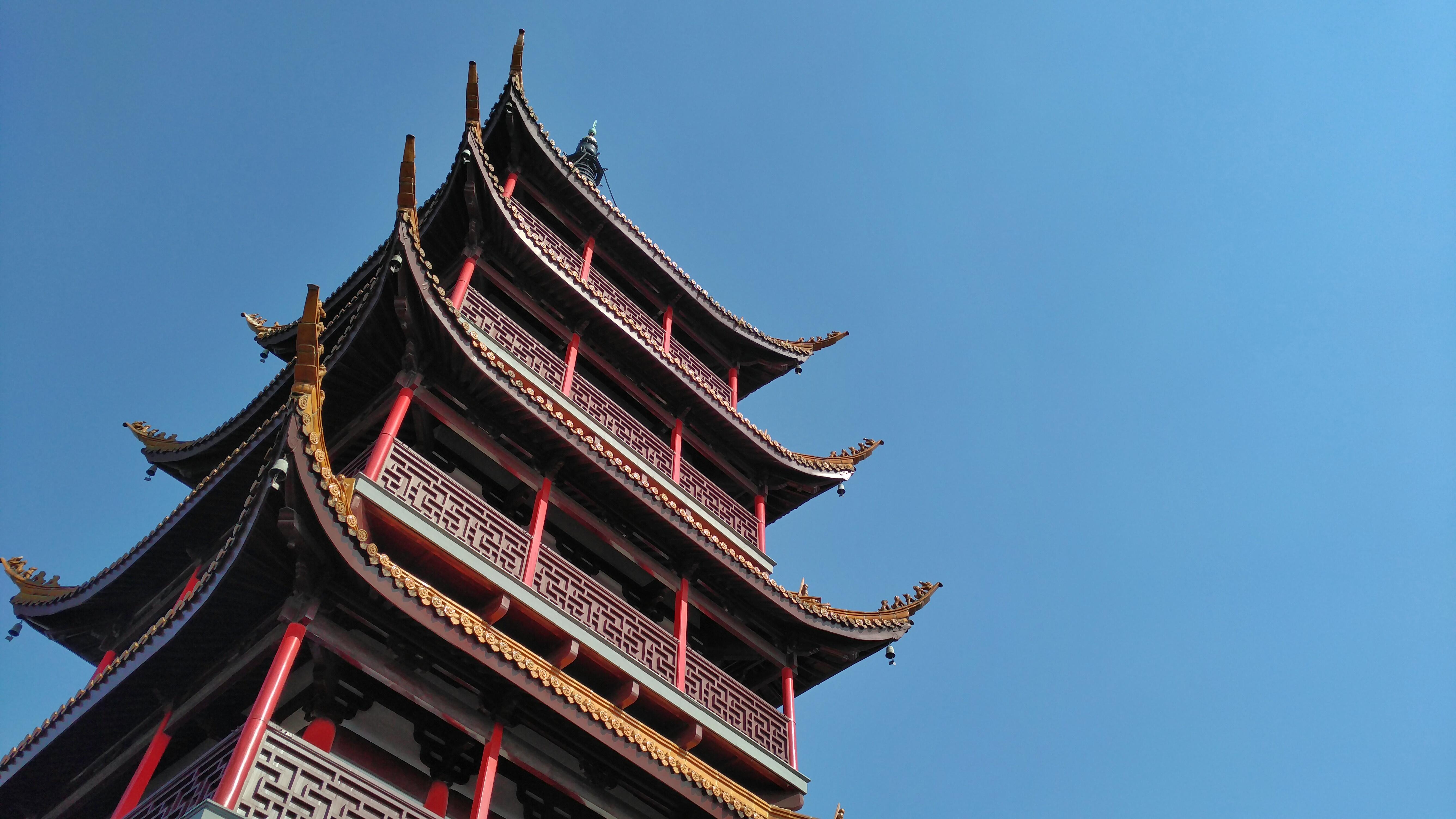 逆光拍摄的山顶广教寺支云塔