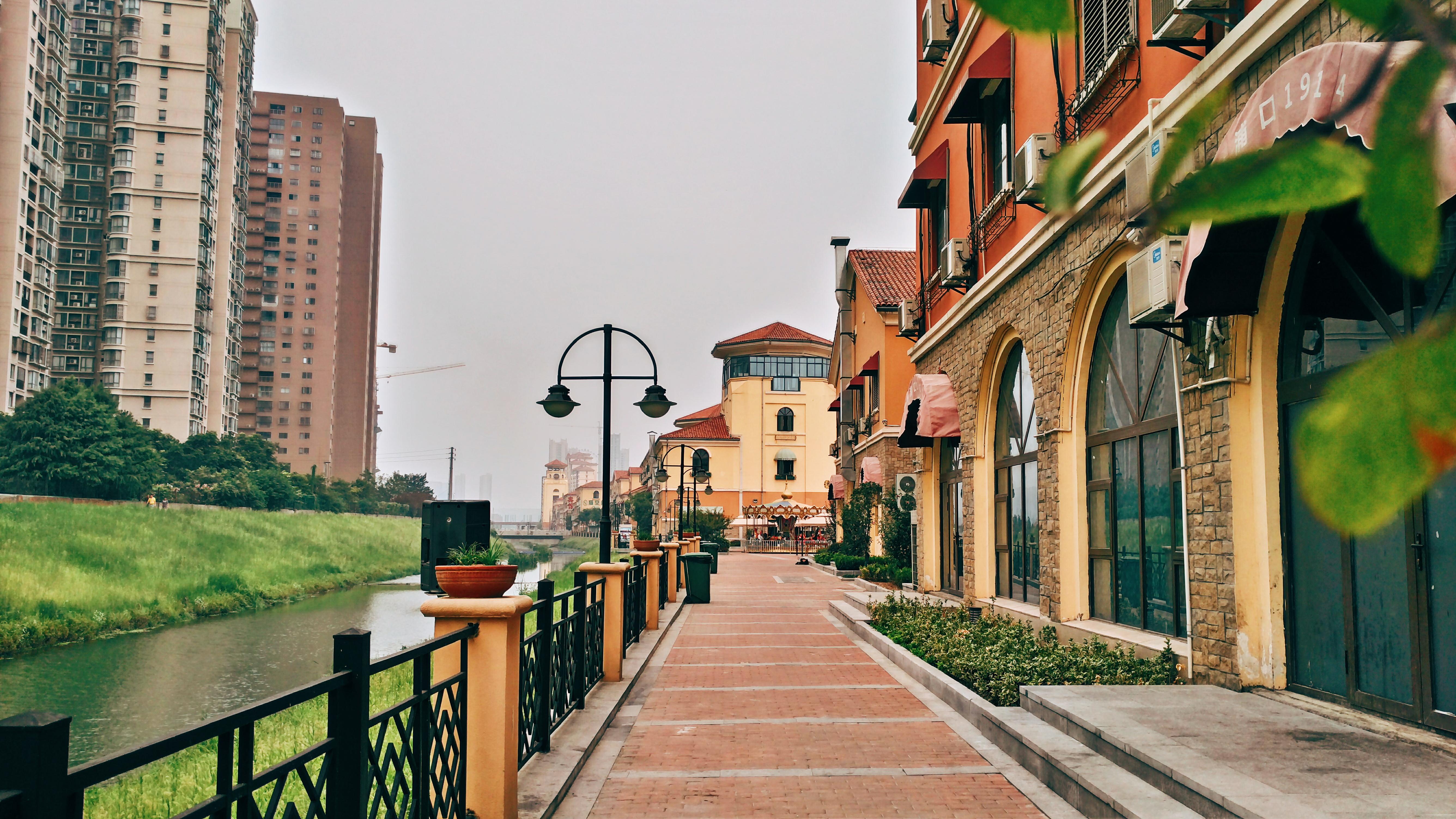 在这条复古欧式的建筑风格的街道上散步