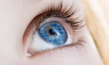 蓝色眼睛固然好看,但是都不及天然的适合我们本身,比如中国人的黑头发图片