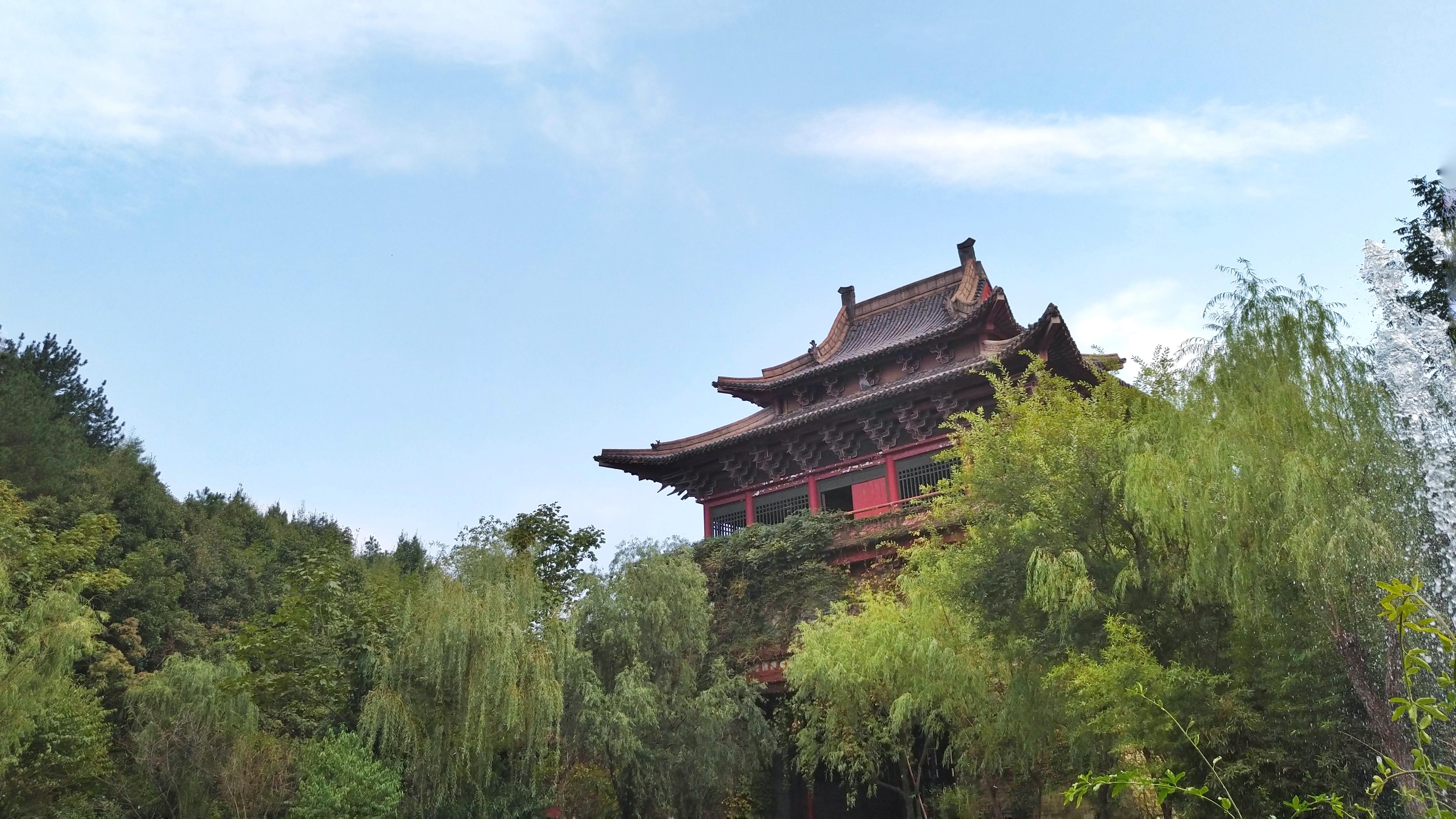 清明上河图景区的城门建筑 明清民居博览城景区:占地面积900余亩